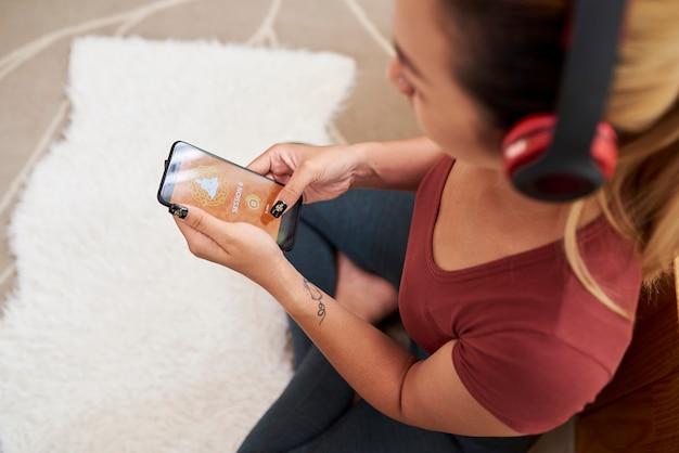 Donna che diminuisce alla musica per la meditazione