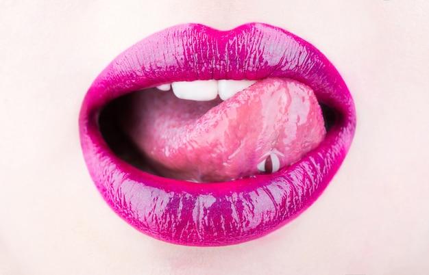 Labbra femminili labbra femminili lingua e labbra sexy labbra rossetto e lucidalabbra appassionato