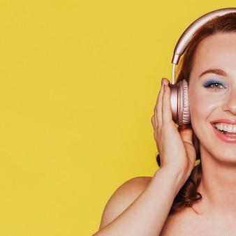 Donna che ascolta la musica attraverso le sue cuffie