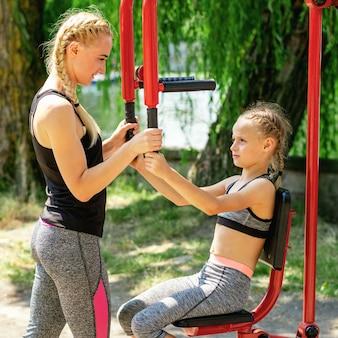 Donna e bambina si allenano sul simulatore.