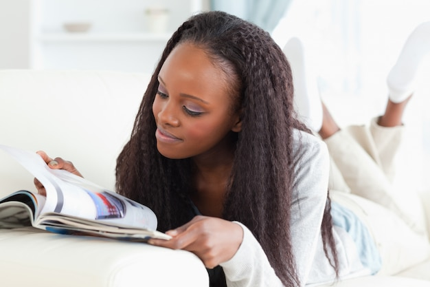 Donna che guarda il catalogo sul divano
