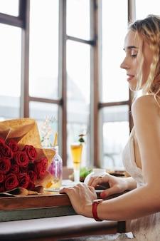Donna che guarda i fiori