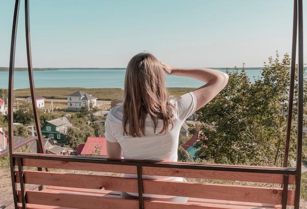 Donna che guarda in lontananza guardando lontano vedendo la natura cielo mare paesaggio rurale