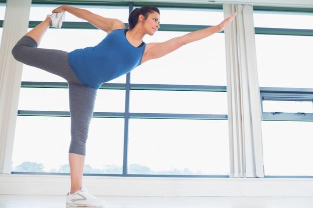 Donna nel signore della danza yoga pongono