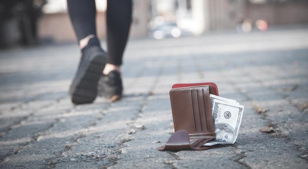 La donna ha perso un portafoglio in pelle con i soldi nel parco