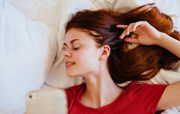 Donna sdraiata a letto resto dormire camera stile di vita