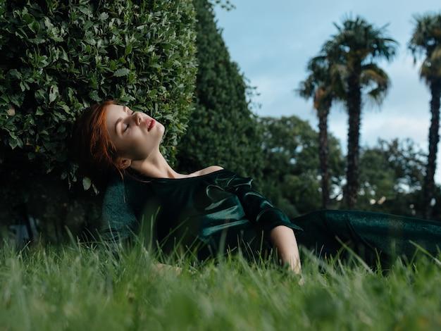Donna sdraiata sull'erba giardino fatato fantasia carnevale decorazione