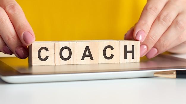 La donna ha fatto un allenatore di parole con blocchi di legno, concetto