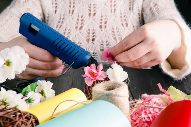 La donna fa il disegno floreale