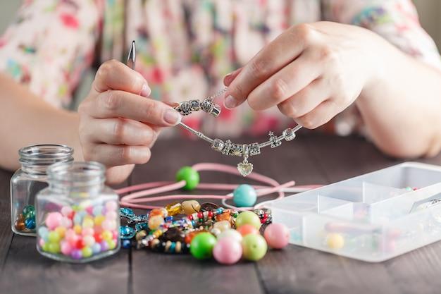 La donna fa il braccialetto fatto in casa
