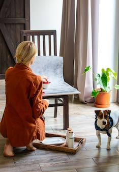 La donna fa una foto del cibo per la vendita online in internet da casa