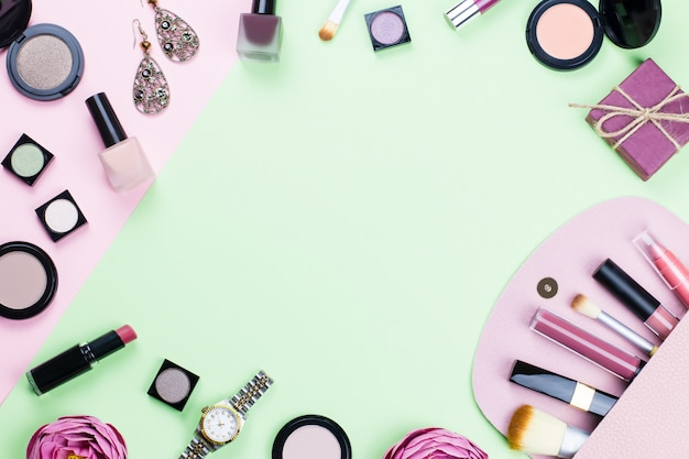 La donna compone i prodotti e gli accessori su fondo pastello