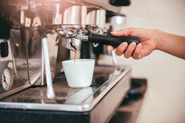 Donna che fa il caffè
