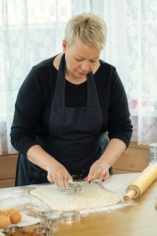 Donna che fa i biscotti a casa