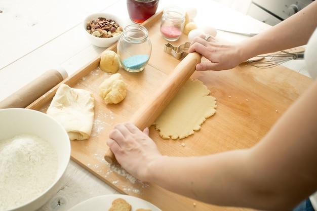 Donna che fa l'impasto per i biscotti