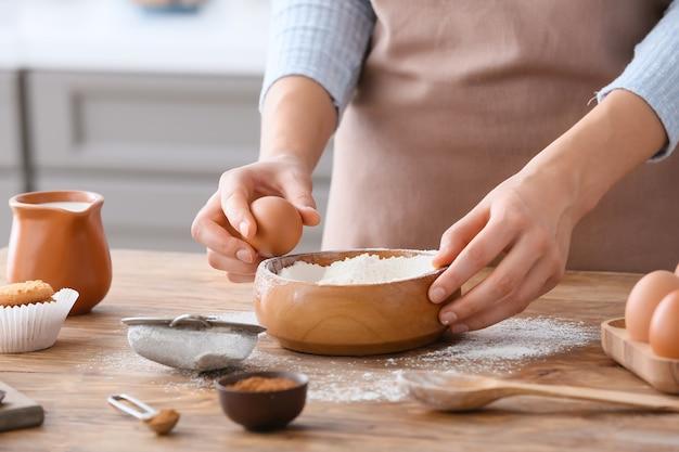 Donna che fa la pasta sul tavolo in cucina