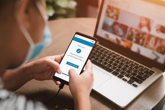 Donna che effettua pagamenti online sul telefono cellulare.