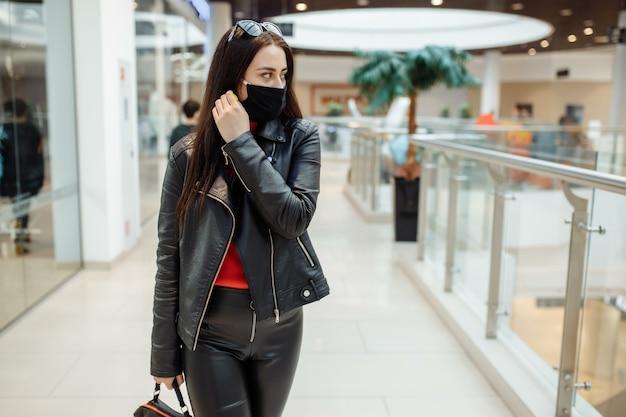 Donna al centro commerciale che indossa una maschera protettiva