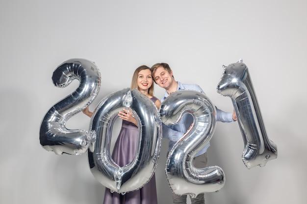 Donna e uomo che celebra il nuovo anno