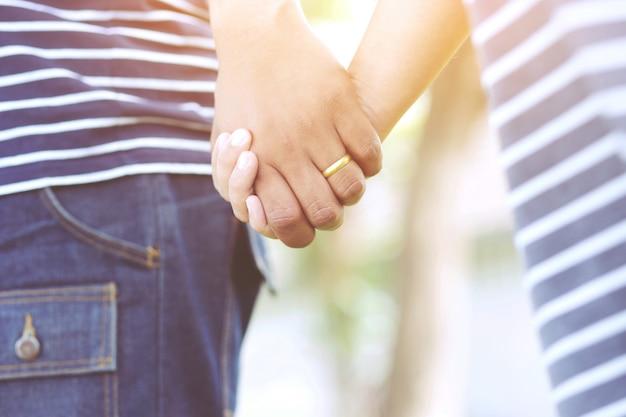 Donna e uomo che si tengono per mano