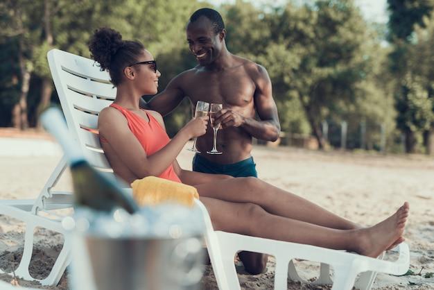 La donna e l'uomo tostano e bevono champagne.