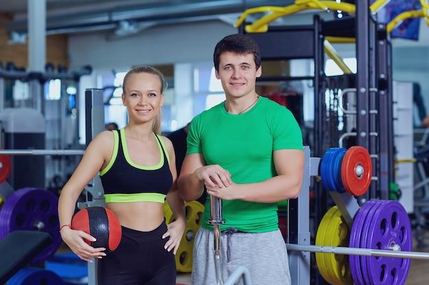 Donna e uomo in abiti sportivi una palestra sportiva