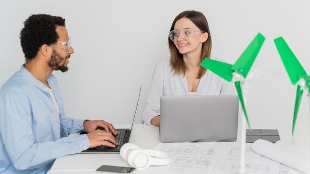 Donna e uomo che lavorano su innovazioni energetiche