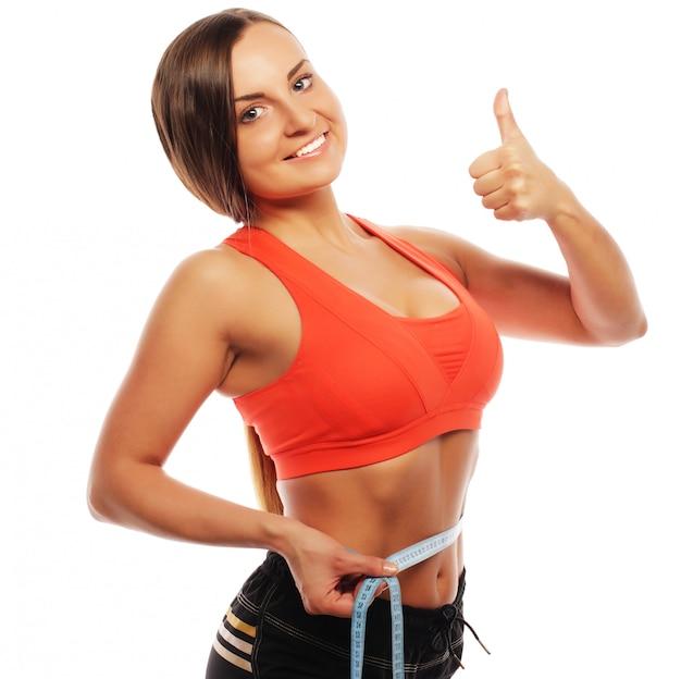 Donna che misura il suo giro vita. perfect slim body. isolato su bianco.
