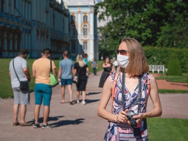 Donna in una mascherina medica che cammina per strada