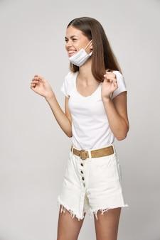 Donna in emozioni di t-shirt bianca maschera medica