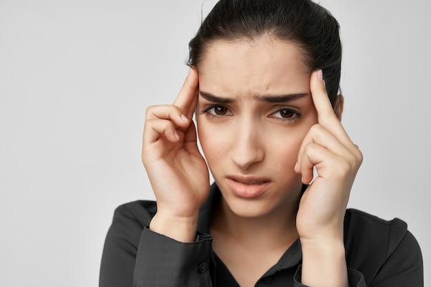 Donna emicrania stress negativo isolato sfondo