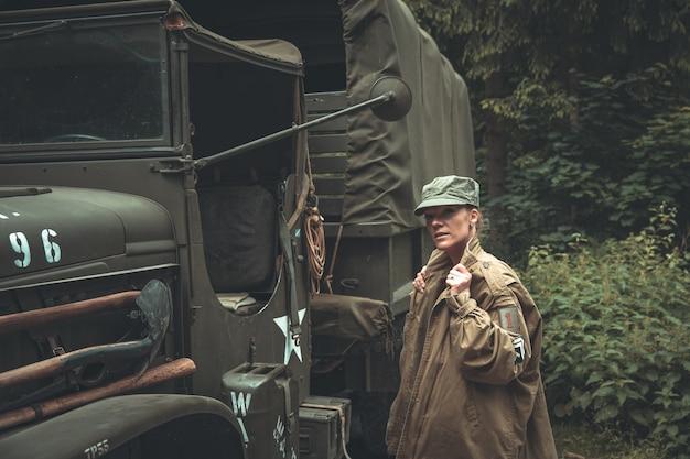 Donna in uniforme militare in un'auto dell'esercito