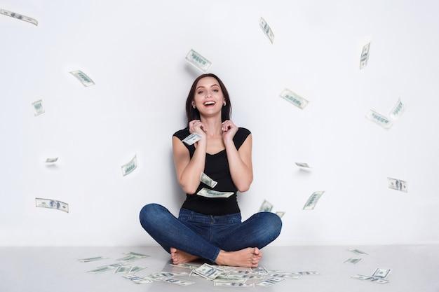Donna sotto la pioggia di soldi, jackpot della lotteria, successo
