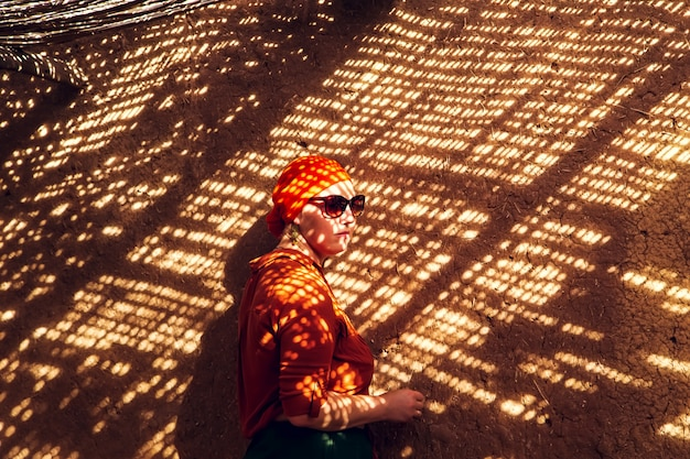 Donna in uno scenario del marocco