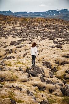 Donna alle pietre muschiose in islanda