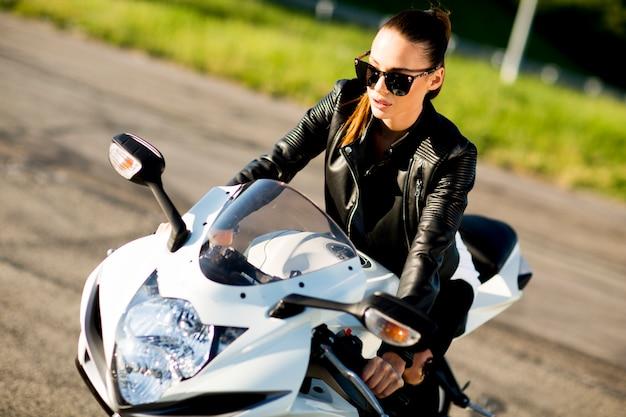 Donna in motocicletta