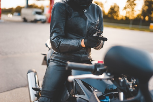 Motociclista della donna che indossa i guanti