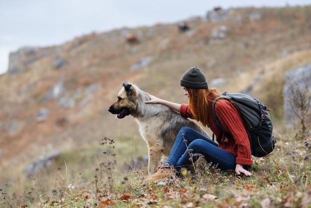 Donna in montagna all'aperto con cane amicizia viaggio paesaggio