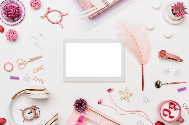Desktop da ufficio donna con dispositivo digitale