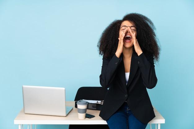 Donna in un ufficio che grida