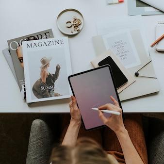 Donna in ufficio che utilizza un tablet digitale