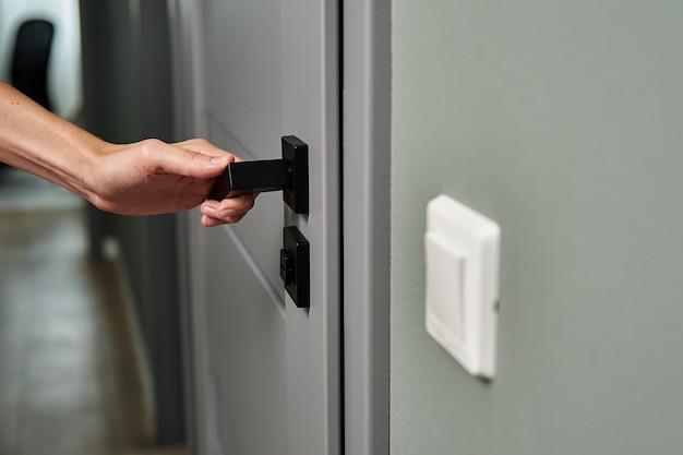 La donna apre la porta e l'ingresso in camera