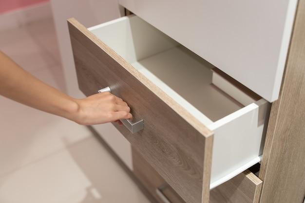 Scaffale aperto donna, cassetto apribile in legno in armadio.