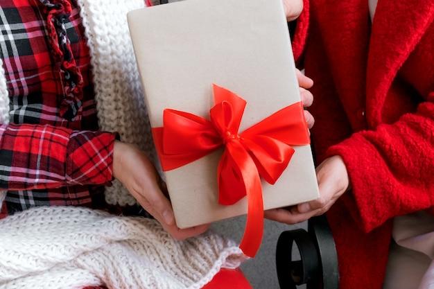 Regalo di apertura della donna alla vigilia delle vacanze di natale e capodanno
