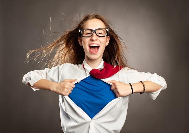 Donna che apre la sua maglietta come un supereroe