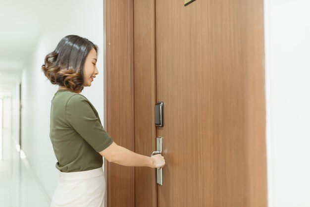 La donna apre la porta dell'appartamento