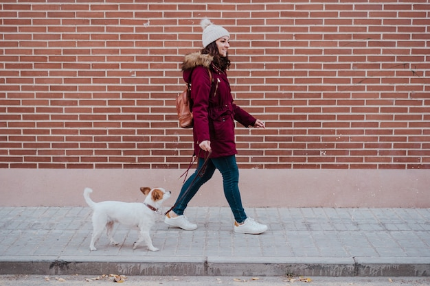 Donna all'aperto con jack russell cane