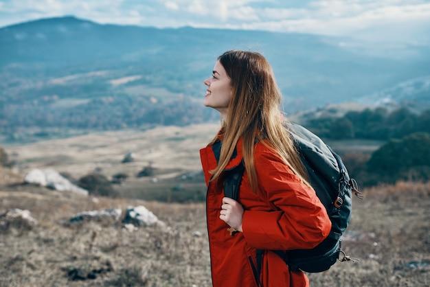 La donna all'aperto nelle rocce del paesaggio delle montagne