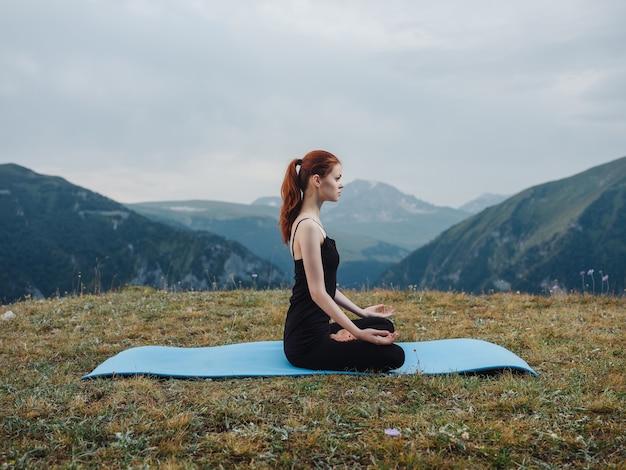 Donna all'aperto in montagna esercizio di meditazione yoga aria fresca