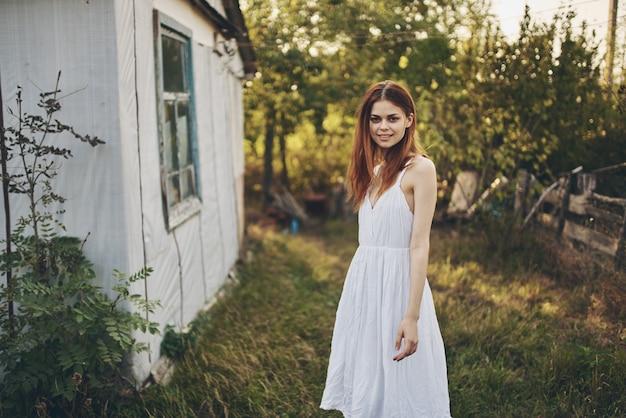 Donna all'aperto vicino a costruire in vacanza modello paesaggio di campagna stile di vita.